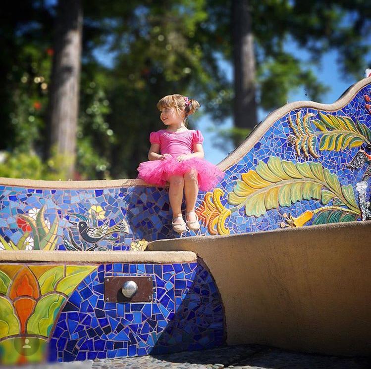 Jardin Fountain and Child